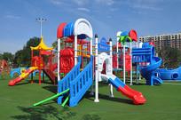 儿童乐园的大型滑梯组合