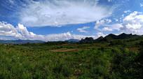 蓝天下的山峰
