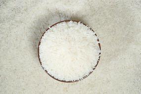 俯视米堆里的木碗装常香米
