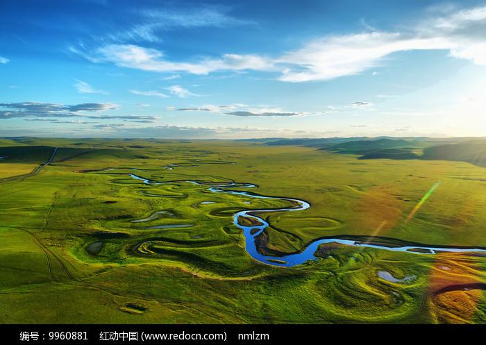 航拍草原河流绿色牧场 图片