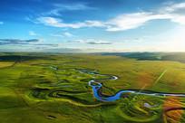 航拍草原河流绿色牧场