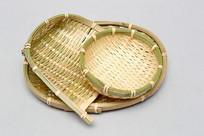 垒叠子在一起的竹编簸箕篮子