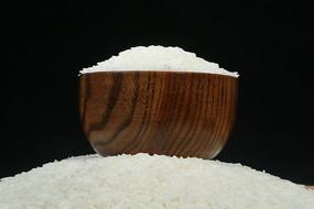 米堆上的木碗装常香米大米