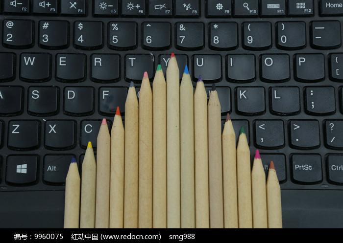 笔记本电脑上的铅笔图片