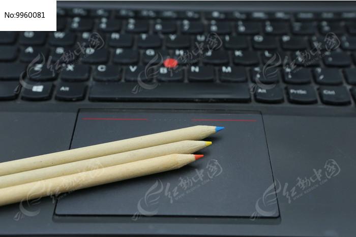 电脑笔记本上的铅笔图片