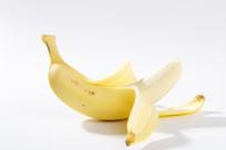 剥皮的香蕉