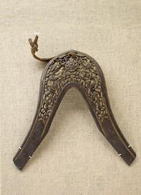藏族錾花双龙戏珠铜马鞍前鞒