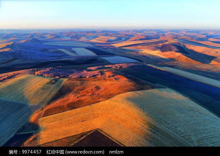 航拍秋季的田野图片