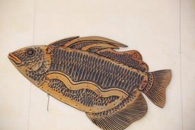 海鱼木雕像