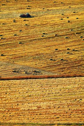 农田收草的收割机