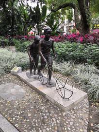 滚铁环的两个小男孩雕塑