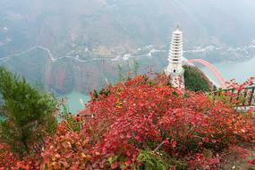 巫山红叶掩映下的巫峡镇水塔