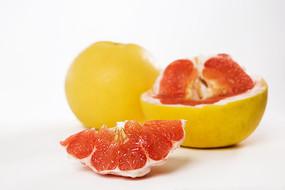 切开的红心柚子