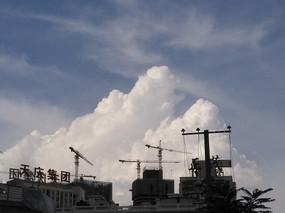 云下的建筑工地