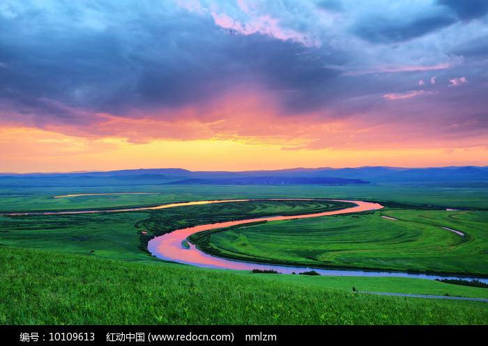 草原上的暮色之河图片