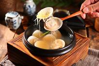 高清蛤蜊海鲜汤摄影图