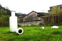 草坪上的瓷花瓶景观