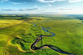 航拍草原弯曲的河流