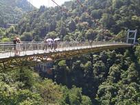 山峰铁索桥