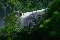 山林中的大瀑布
