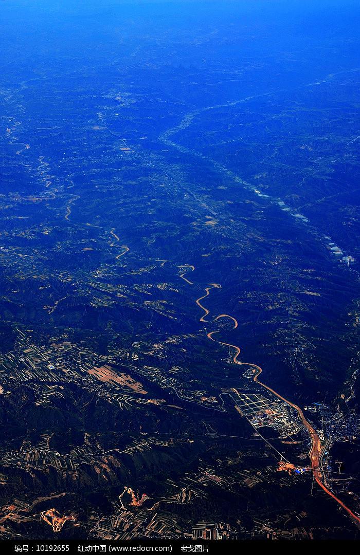 大山深处的公路带图片