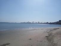 阳光下的海边沙滩