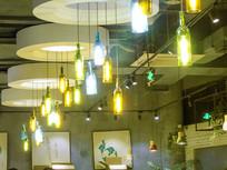 餐饮小店五颜六色吊灯摄影图