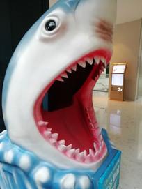 大鲨鱼雕塑