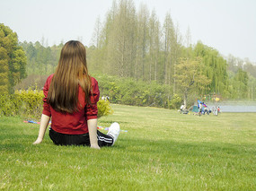 草坪上的女士背影