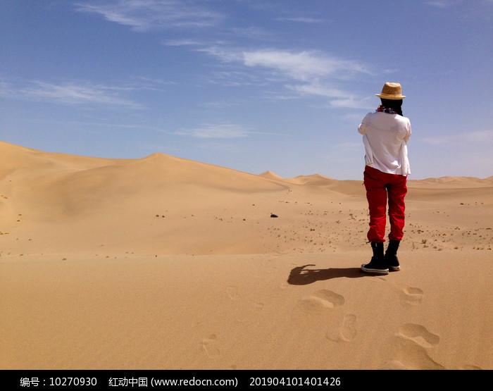 沙漠眺望远方的女人背影图片