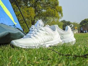 绿色草坪上的球鞋