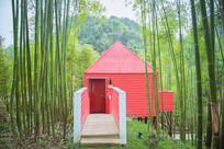 竹林中红色的小房子