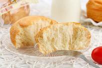 盘子上的手撕面包