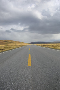 高原公路浓云密布
