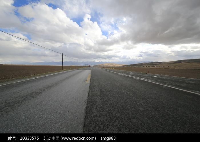 蓝天白云柏油马路图片