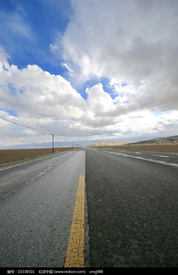 青藏高原国道柏油马路图片