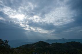 阴云密布的天空透出耶稣光