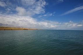 看青海湖一望无际的湖面