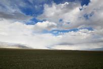 蓝天白云飘过的草场土地
