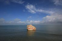蓝天白云下平静的青海湖