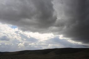 浓云密布的山坡