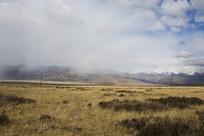 浓云飘过雪山草地