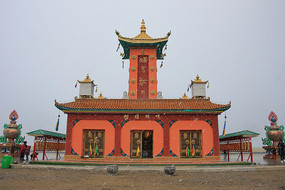 青海湖边措日朗嘎寺庙