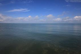 一望无际平静的青海湖水面