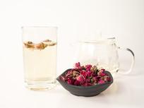 泡开的玫瑰花茶摄影图