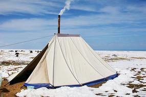 炊烟袅袅的帐篷