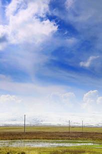 蓝天下的雪山草地