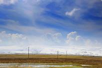 青海湖边雪山