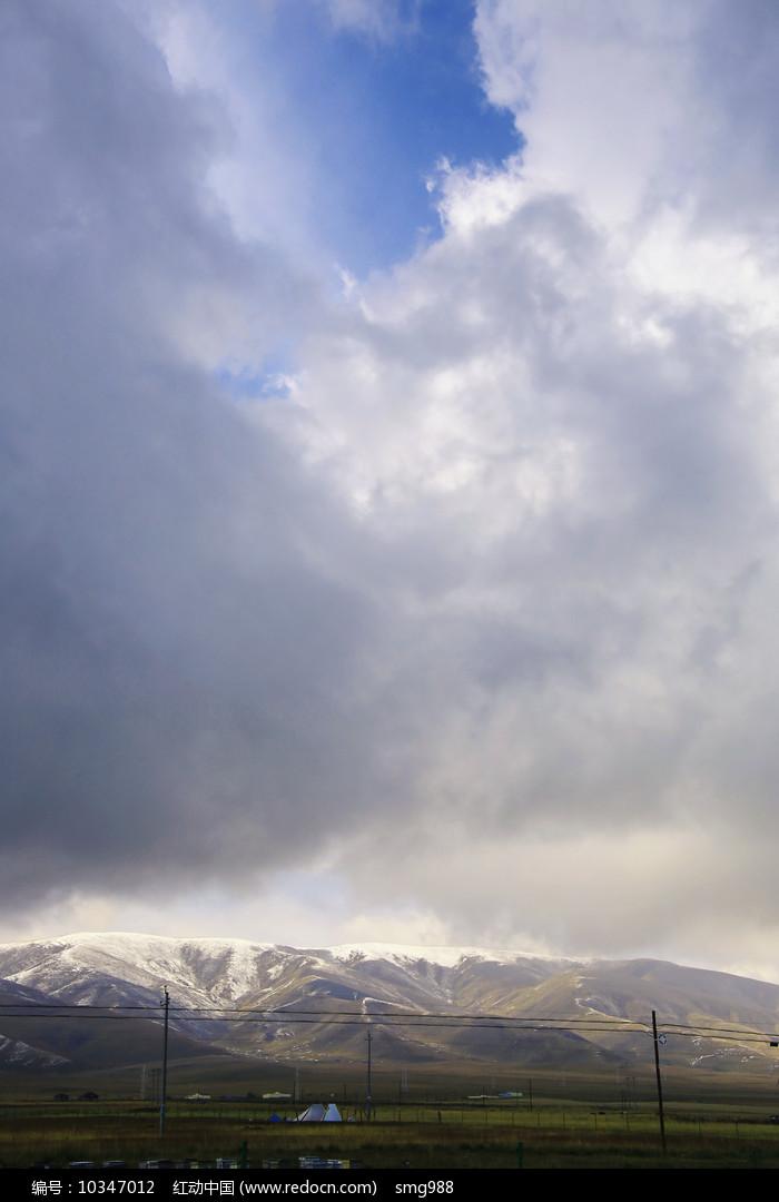 雪山上浓云密布图片
