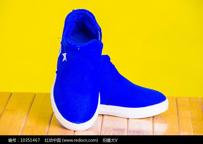 一双蓝色的男童鞋子图片